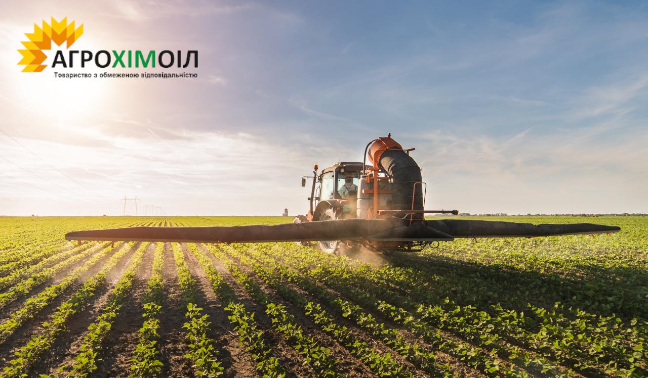 на фото трактор вносить добриво діамофоску (діамонійфосфат) на поле від компанії Агрохімоіл