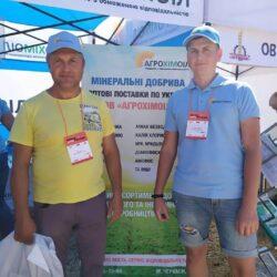 фото працівника компанії Агрохімоіл по продажу мінеральних, комплексних, азотних добрив та покупця на виставці Битва титанів в Україні