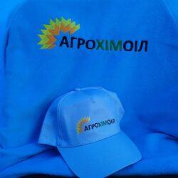 фото кепки з логотипом компанії Агрохімоіл по продажу мінеральних добрив в Україні