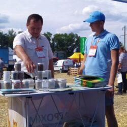 фотопрацівника та покупця компанії Агрохімоіл по продажу мінеральних добрив в Україні