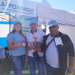 фото працівників компанії Агрохімоіл по продажу мінеральних, комплексних, азотних добрив та покупця на виставці Битва титанів в Україні